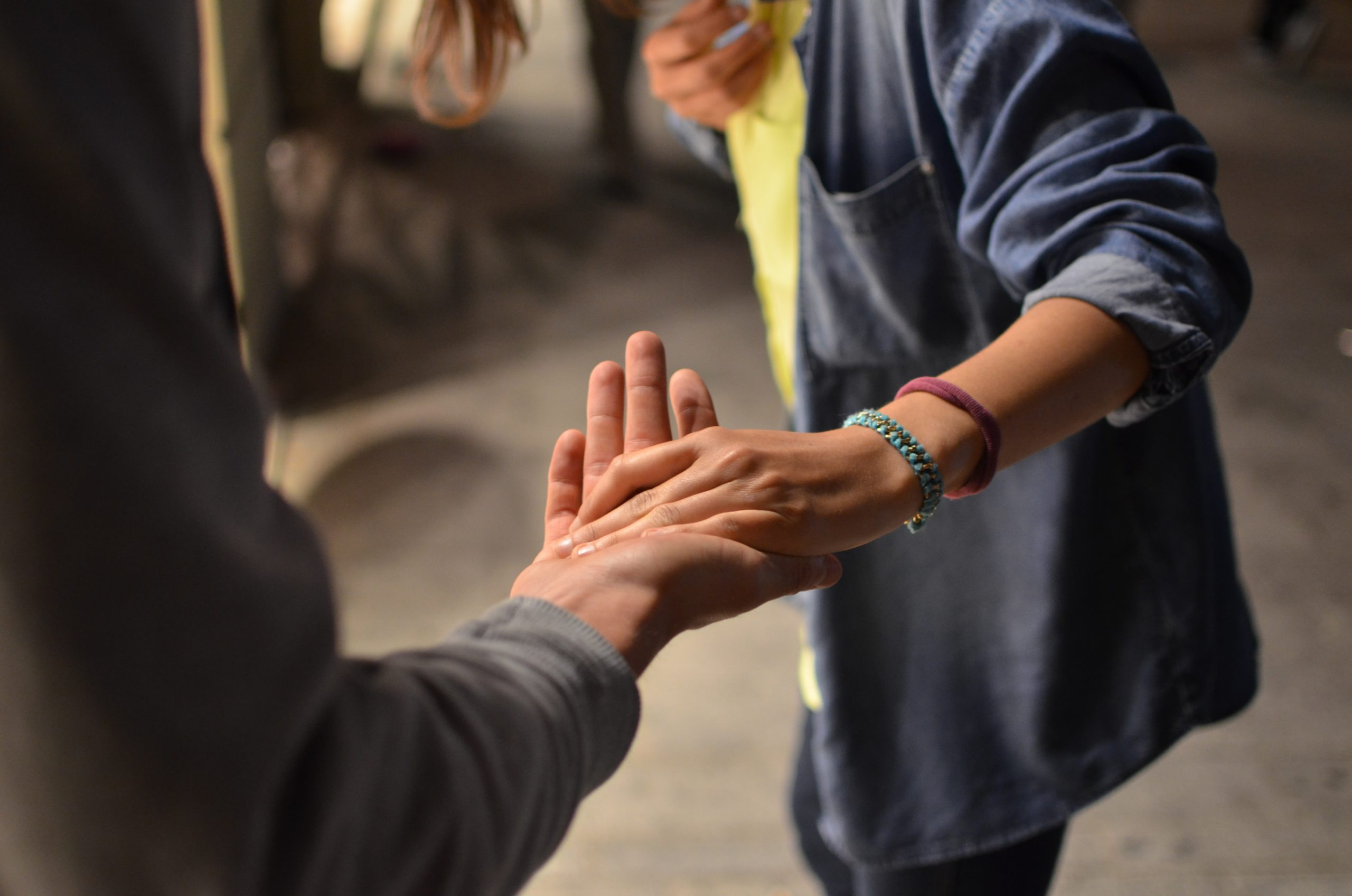 Une personne tend la main à une autre personne.