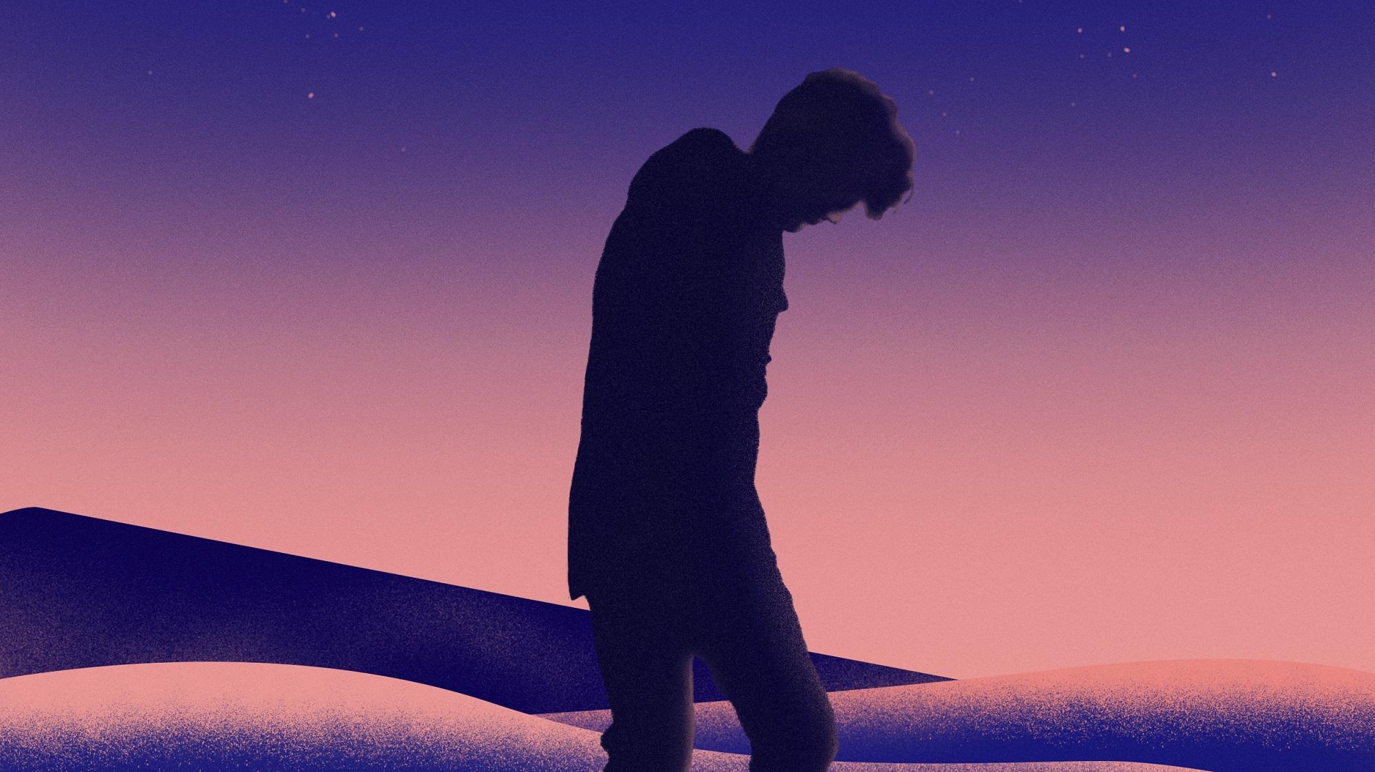 Homme marchant dans le désert.